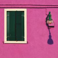 detalhe de fachada ensolarada de cor roxa em burano foto