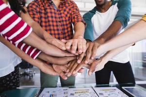 close-up de pessoas de negócios, empilhando as mãos foto