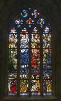 janela da igreja de vidro manchado foto