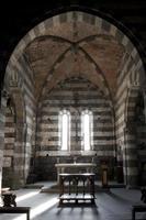 dentro da igreja de san pietro em portovenere