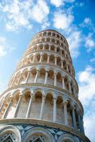 pisa, piazza del duomo, com torre inclinada de basílica foto