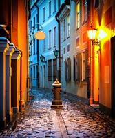 rua medieval estreita na cidade velha de riga, letônia foto