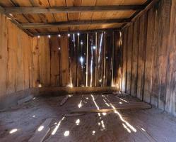 interior de um celeiro de madeira velho rústico foto