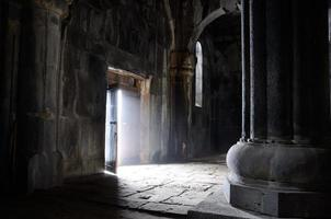 porta aberta dentro da igreja cristã antiga, mosteiro sanahin, unesco, armênia
