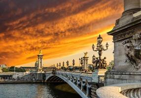 pôr do sol fantástico sobre a ponte de alexandre iii (pont alexandre iii) foto