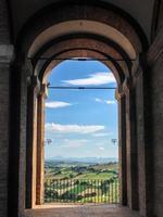 colinas vistas através do arco de um pórtico foto