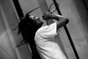 cantor de cabelo rasta tocando ao vivo no palco