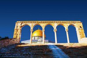 cúpula da mesquita de pedra em Jerusalém foto