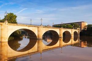 ponte sobre o rio ebro em logrono foto