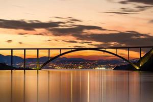ponte para a ilha de krk ao pôr do sol, croácia