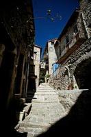 rua de paralelepípedos medieval foto