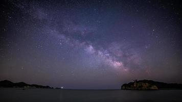Via Láctea acima da noite estrelada do oceano