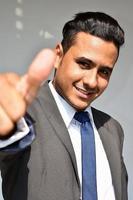 homem de negócios com polegares para cima foto