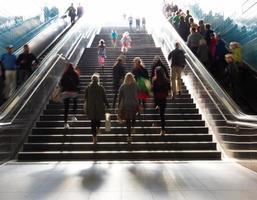 escadas na cidade metrô foto