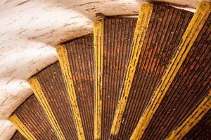 escada em espiral no farol, closeup e olhando para baixo foto