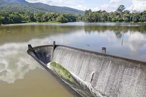 água que flui do vertedouro, lago