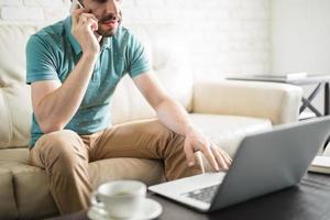 homem latino no telefone trabalhando foto