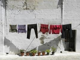 casas antigas de matera (itália) com roupas penduradas
