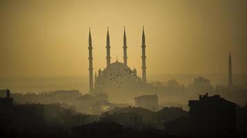 mesquita selimiye no nevoeiro foto