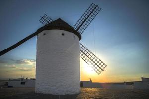 pôr do sol no campo de moinho de vento