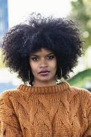 retrato de mulher afro atraente na rua foto