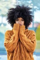 retrato de mulher afro atraente na rua