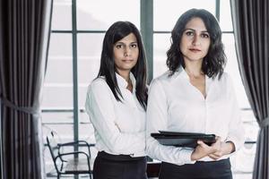 duas senhoras de negócios multirraciais graves no café foto