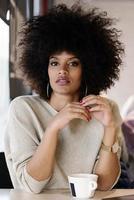retrato de mulher afro atraente na cafeteria