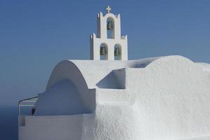 bela pequena igreja na colina, santorini, grécia. foto