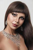 moda jovem mulher com jóias indianas foto