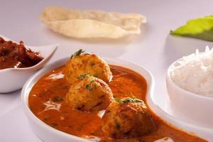 caril de batata indiano dum aloo- picante foto