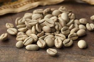 malabar indiano verde grãos de café torrados foto