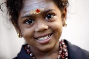 retrato de menina indiana hindu sorridente fofo