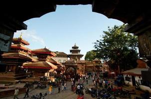 antiga praça durbar com pagodes. maior cidade do nepal foto