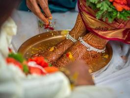 pé da noiva hindu indiana com tatuagem de henna foto