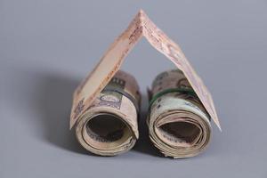 casa feita rolo de notas de rupia indiana foto