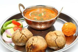 comida indiana rajasthani salada dal bati laddu foto