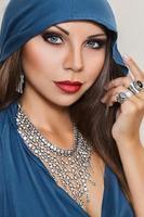 jovem posando com joias indianas tradicionais foto