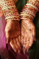 henna mãos e pulseiras foto