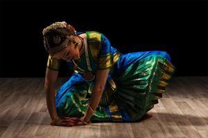 dançarina de menina bonita da dança clássica indiana bharatanatyam foto
