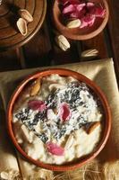firni - pudim de arroz - uma sobremesa do subcontinente indiano foto