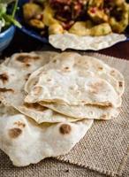 chapati - pão indiano feito com farinha de trigo integral foto
