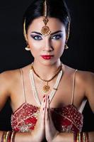 menina bonita com maquiagem oriental e jóias indianas
