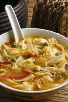 thukpa gya thuk -um típico macarrão tibetano na sopa. foto