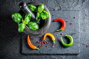 saborosas especiarias e ervas na argamassa foto
