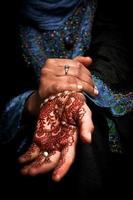 mehendi, arte corporal do henna na mão de uma mulher muçulmana