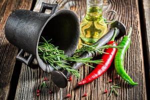 argamassa com ervas e especiarias coloridas foto