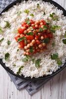 arroz com grão de bico e salsa close-up. vista superior vertical