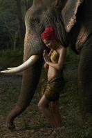 beleza asiática com elefante amigável