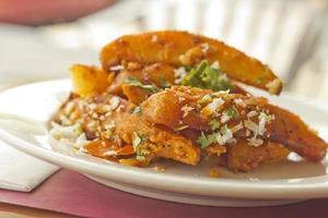 fatias de batata com especiarias indianas